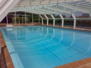 Foto piscina rettangolare con copertura telescopica