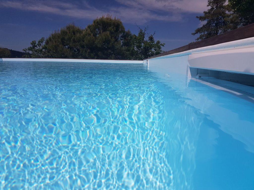 Acqua piscina limpida